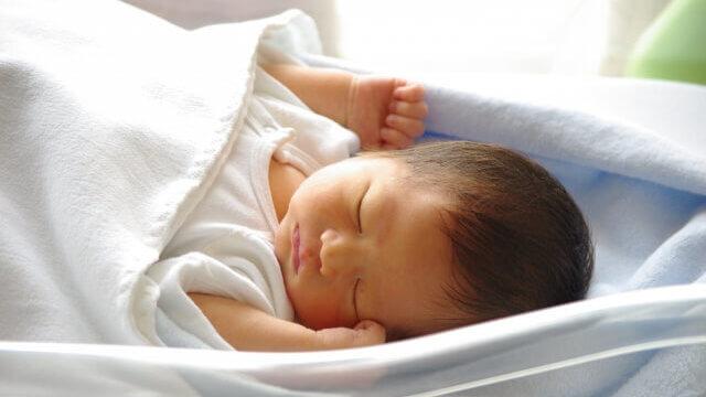 寝ている新生児の写真
