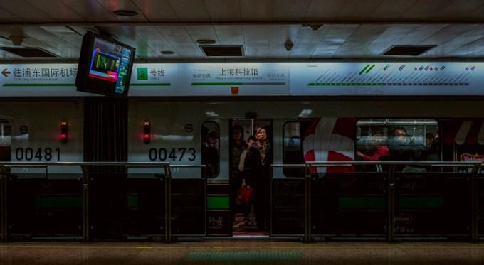 駅に着いた電車