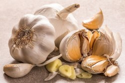 Foods that lower blood pressure: Image of cloves of garlic.