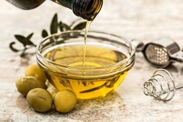Gallbladder friendly foods: Image of olives with olive oil.