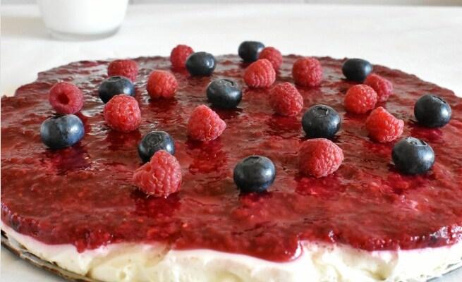 Tarta de yogur y mermelada de frambuesa