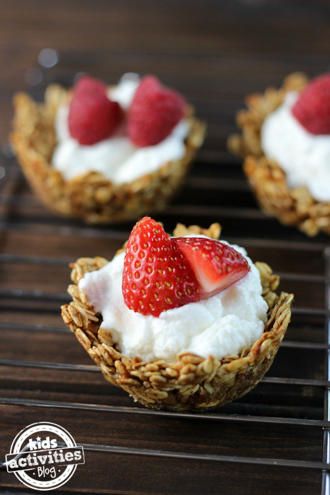 Oatmeal Yogurt Cups - 25 Fabulous Oatmeal Recipes | Naturally Stellar