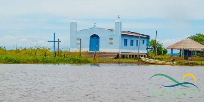 Alter do Chão - Igreja na comunidade ribeirinha foto