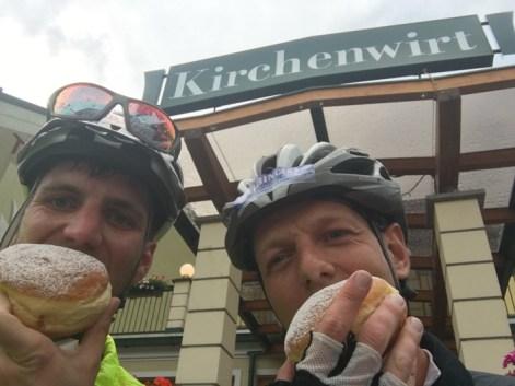 Michael Scheikl und Bernd Neurauter lassen sich den Faschingskrapfen schmecken