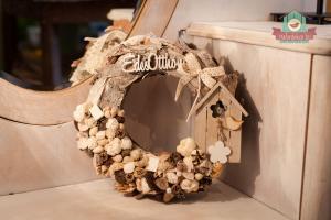 Romantikus ajtódísz fakéreg alapon, pasztell termésekkel és kiegészítőkkel
