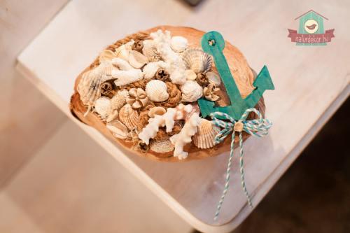 Asztaldísz kókuszhéjban, tengerparti kiegészítőkkel, harmonizáló színekben