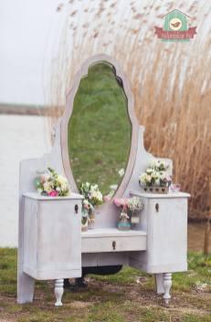 Kecses antik tükrös szekrény bérbe adásra