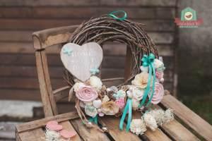 Nyírfavessző alapú tavaszi kopogtató virággal és szívvel