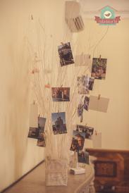 Emlékfa az ifjú pár fotóival