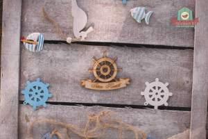 Fából készült hajókormány Isten hozott felirattal