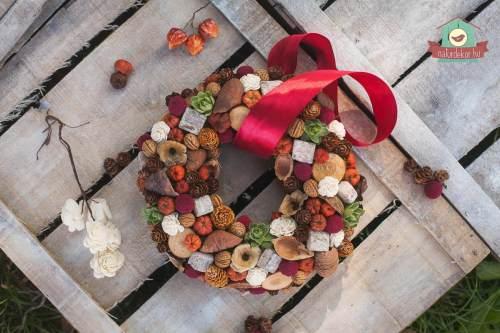 Csodás őszi színekben pompázó ajtódísz természetes kiegészítőkkel