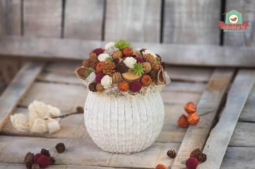 Csodás őszi színekben pompázó asztaldísz rusztikus kőkaspóban