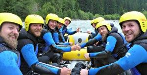Gruppenfoto auf dem Raft - Rafting im Lechtal Tirol