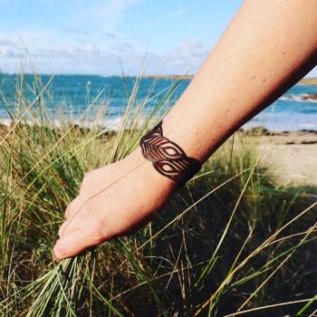 Bracelet cuir marron motif plumes de paon