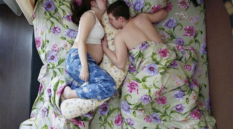 Comment dorment les couples qui attendent un bébé ?