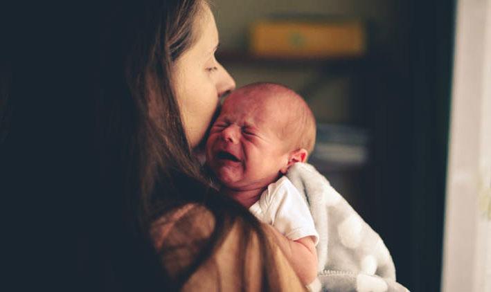 Pleurs d'un nouveau-né à la tombée de la nuit