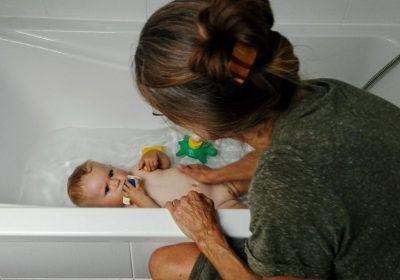 bain aux huiles essentielles pour soigner les bébés