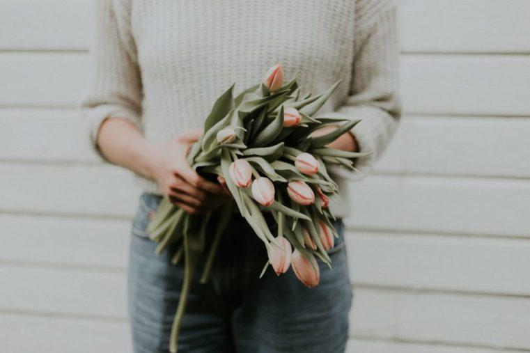 rituel avec des fleurs après une fausse couche