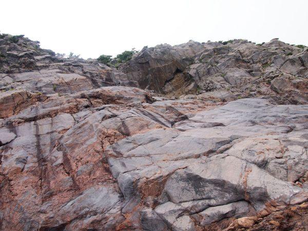 このような岩場を下りるところもある