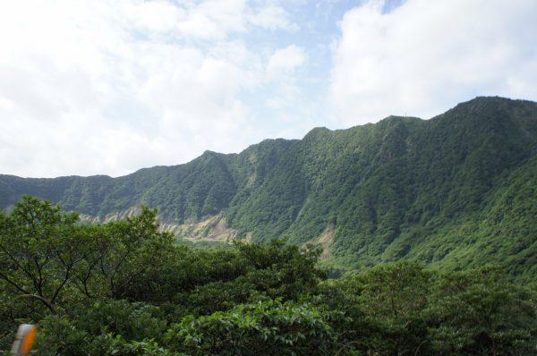 カルデラの中から見た切り立つ外輪山