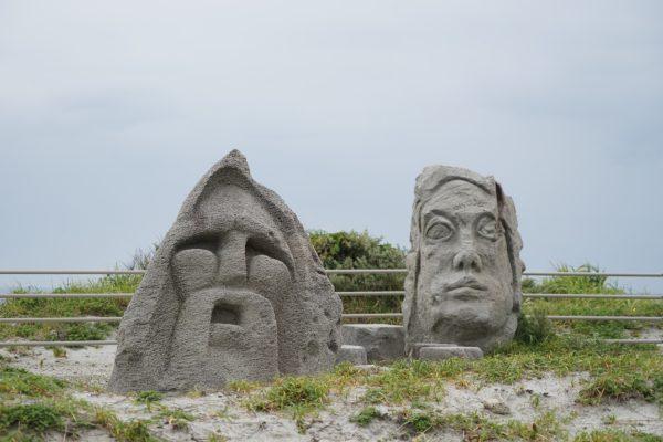 島のいたるところにモヤイ像