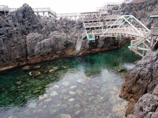 赤崎遊歩道。夏は絶好の水遊びスポット