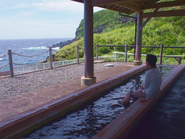 海を見ながらの足湯。贅沢な時間