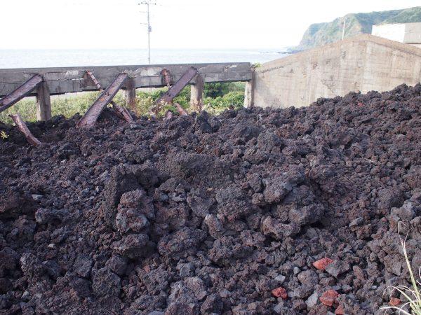 溶岩に埋もれた学校