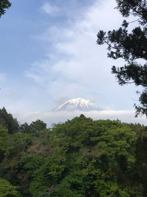 雲がかっている富士山