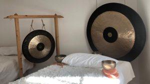 Klangraum mit Gongs und Klangliege