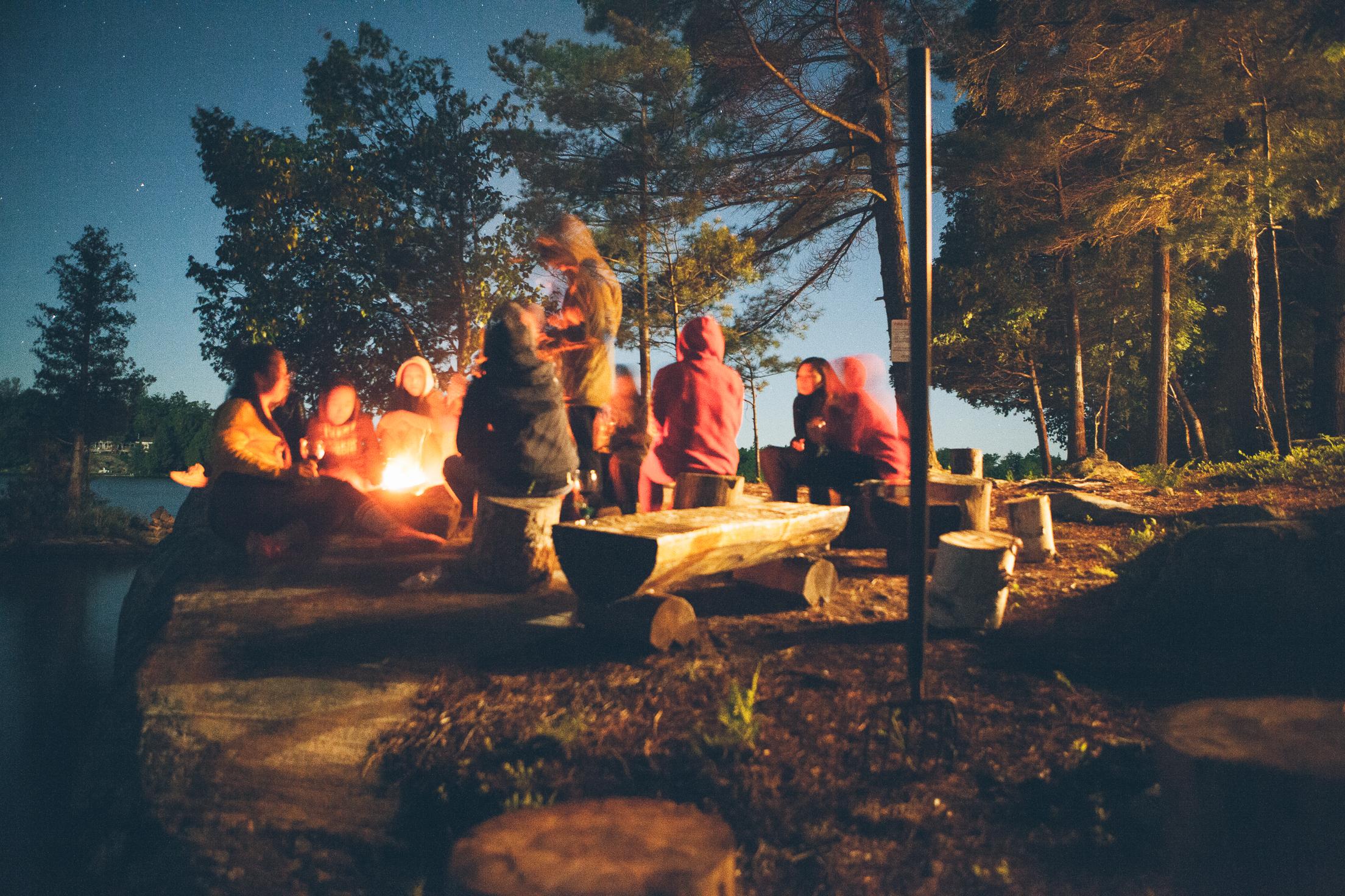 pfadfinder sitzen am lagerfeuer