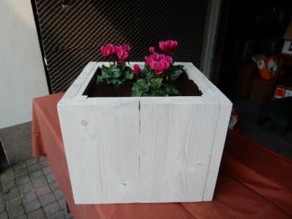 Plantenbak van Steigerhout in White-wash met Bloemen