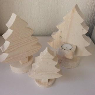 Kerstboompje van Steigerhout in White-wash mooi gegroepeerd