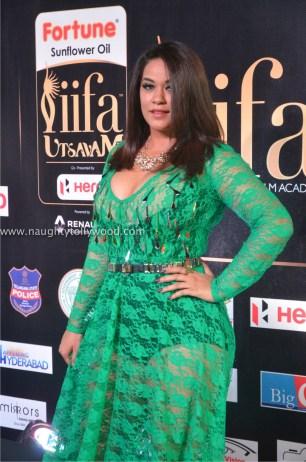 mumaith khan hot at iifa awards 2017 DSC_15890643_wm