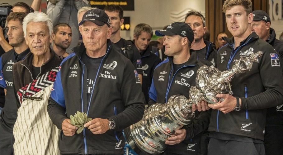 Emirates Team New Zealand aterrizó en Auckland y trajo la America's Cup de regreso a Nueva Zelanda