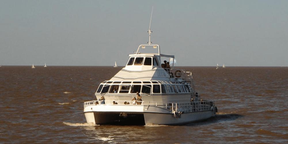 búsqueda de un joven que cayó de un catamarán