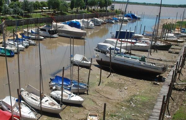 Bajante del Río Paraná deja buques empantanados