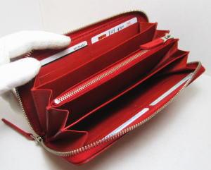 いっぱい入る赤いラウンドファスナー財布レザー