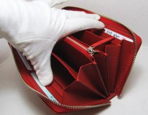 いっぱい入る赤いラウンドファスナー財布レザー革