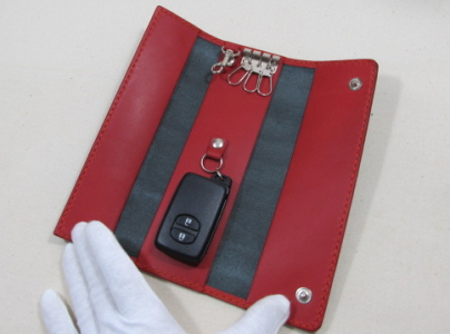 鞄の中で見つけやすいキーケース