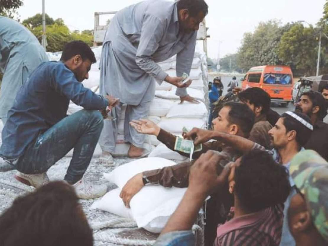 आटे की कमी से भी जूझ रहा पाकिस्तान