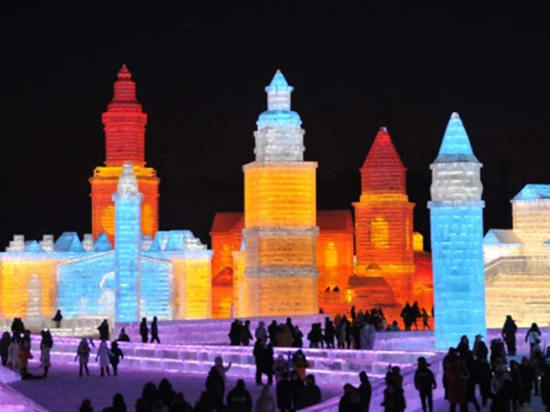 नदी की बर्फ से महल तैयार करते हैं कलाकार