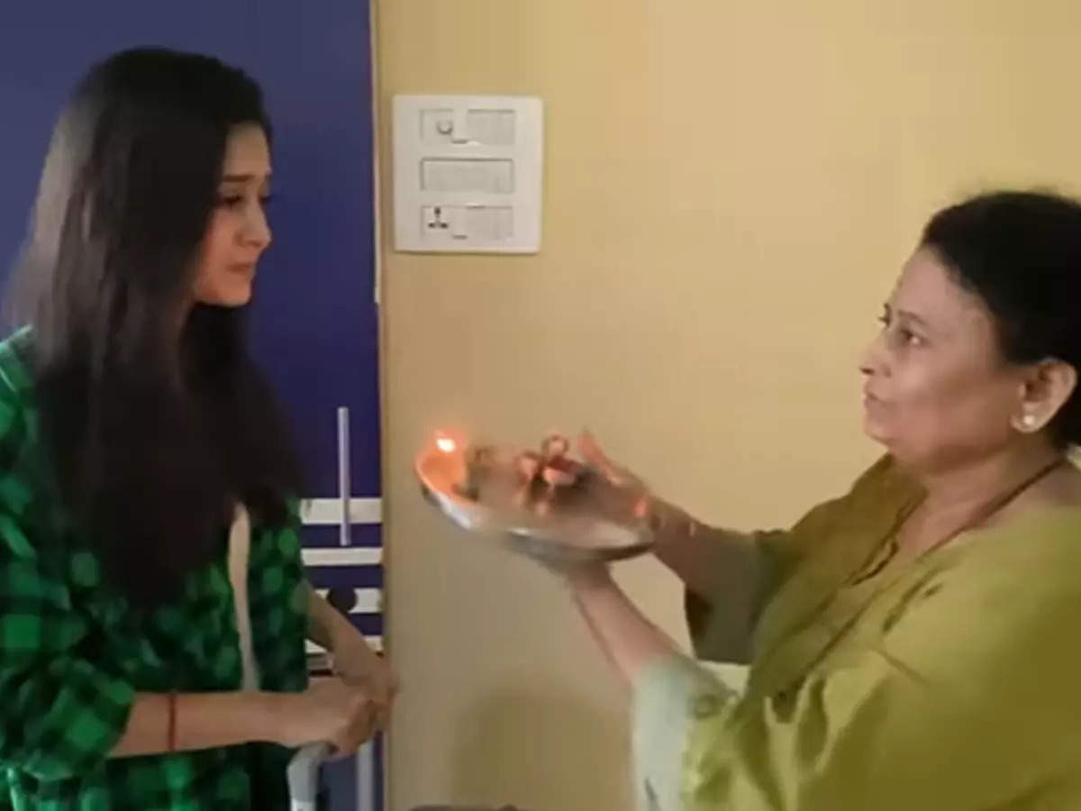 Bright light mother performs Aarti: Bright light mother performs Aarti before entering Bog Boss 15