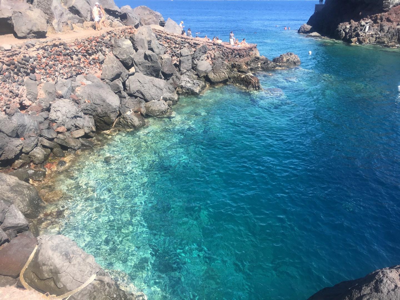 La couleur claire de l'eau de la baie Ammoudi à Santorin
