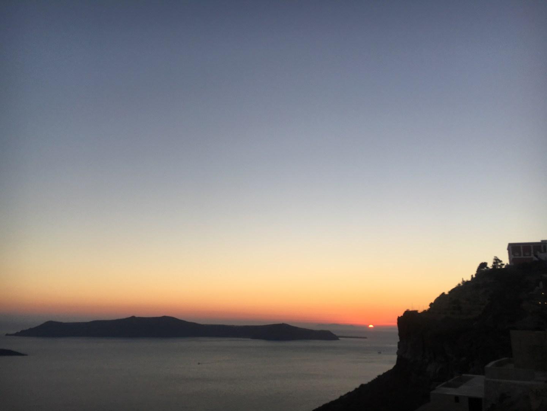 Coucher du soleil à Fira au restaurant à Santorin