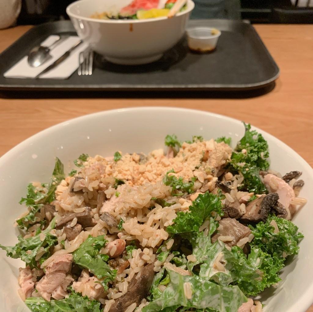 Time Out Market NYC, plat avec salade, riz, champignons et poulet