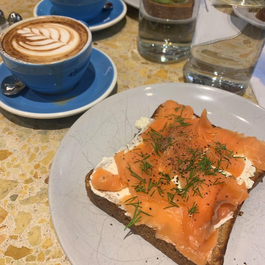 Bluestone Lane, Upper East Side, brunch avec café et toast saumon