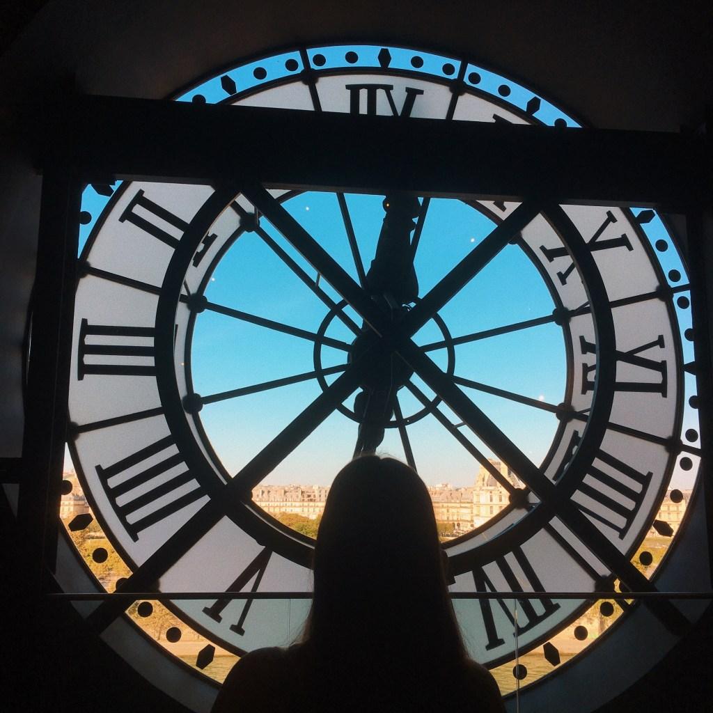 Activités à faire gratuitement à Paris, devant l'Horloge du Musée d'Orsay