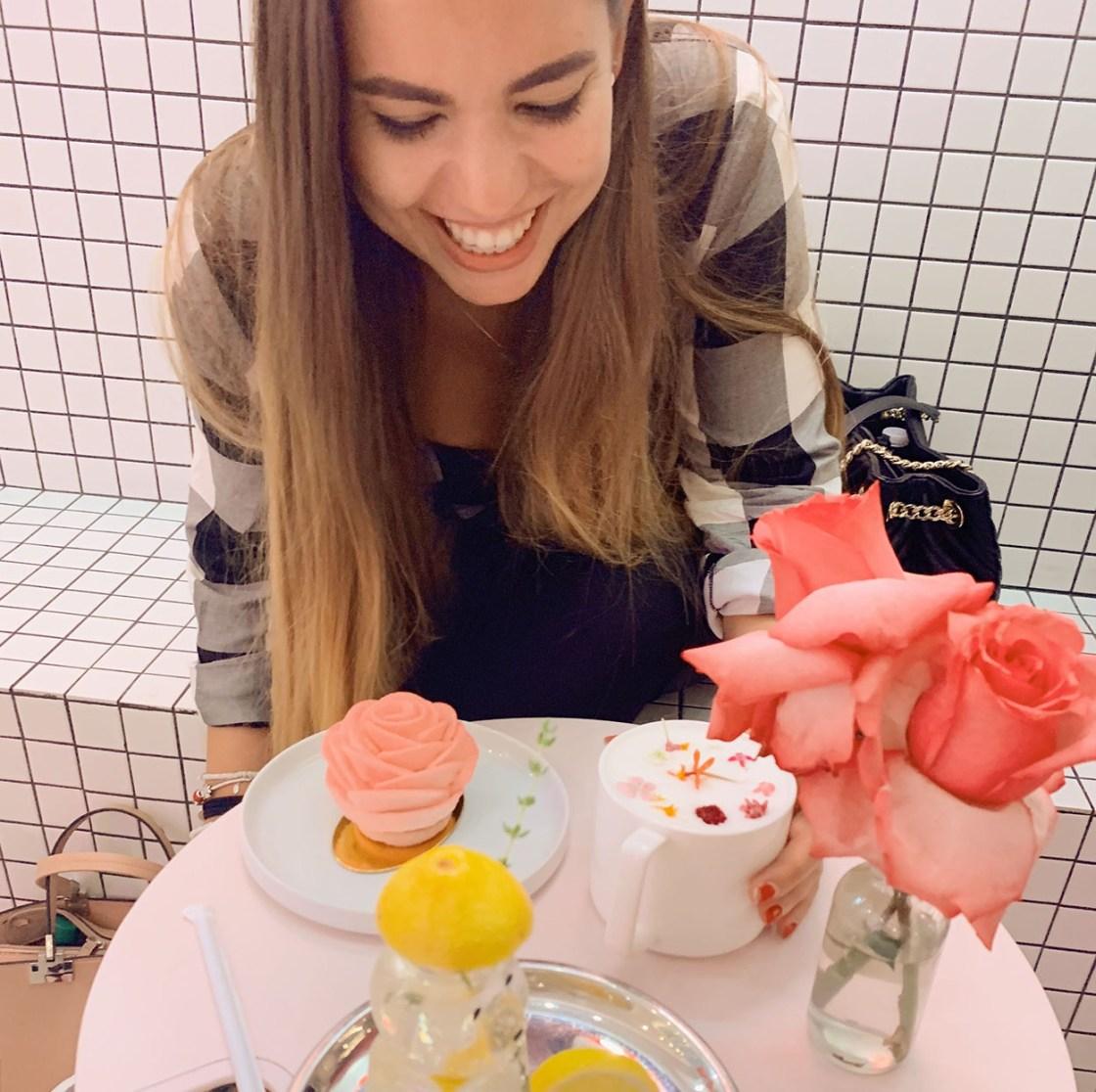 Au LRoom Café de New York, avec un lait chaud et une glace à la rose