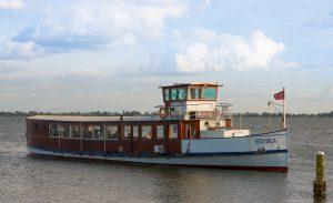 Salonboot Elvira voor borrels, diners, bedrijfsuitje, vergadering, uitvaart en vaartocht rondom Amsterdam, op het IJ, de Amstel, de Vecht en het IJmeer